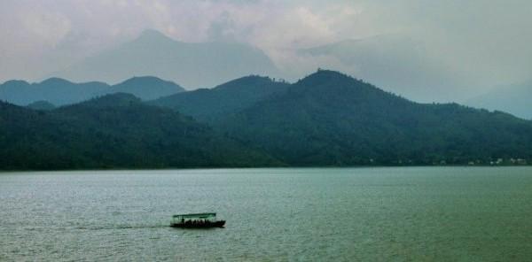 Hồ Núi Cốc nằm không xa vùng đồi chè Tân Cương, rất thuận tiện để kết hợp thành một chuỗi các điểm tham quan.