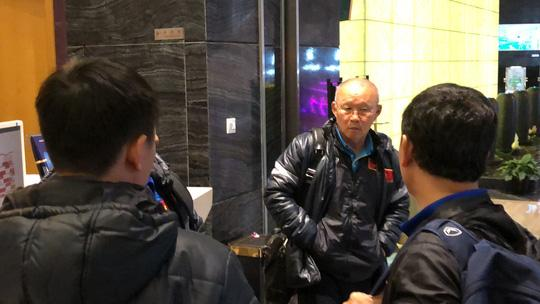 HLV Park Hang Seo trao đổi cùng các trợ lý sau khi U23 Việt Nam đến Thường Châu để chuẩn bị cho trận bán kết với U23 Qatar
