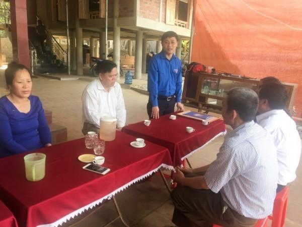 Ông Hoàng Văn Thanh, Bí thư Tỉnh đoàn Thanh Hóa chúc mừng gia đình thủ môn Bùi Tiến Dũng.