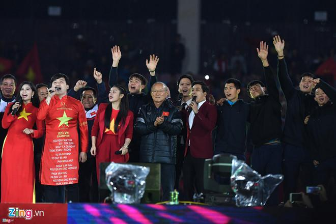 HLV Park Hang-seo và các học trò trong buổi lễ mừng công ở sân Mỹ Đình. Ảnh: Tiến Tuấn.