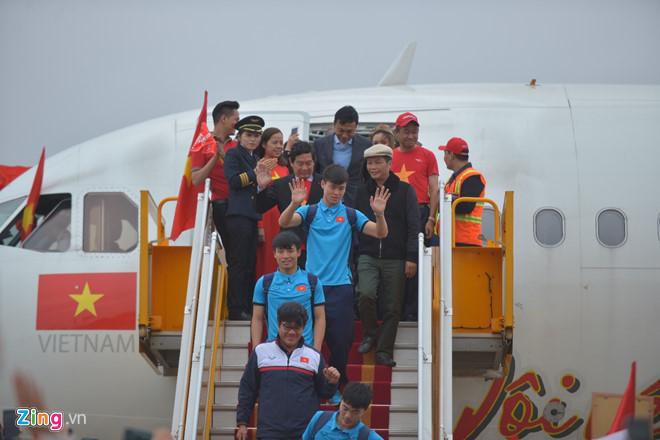 Các cầu thủ bước xuống từ chuyến bay Thường Châu - Hà Nội. Ảnh: Tiến Tuấn.