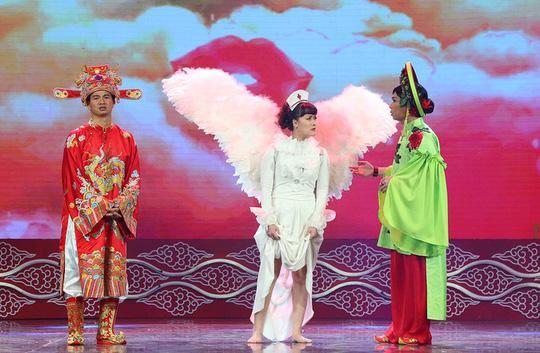 Vân Dung vai Táo y tế mang đôi cánh thiên thần
