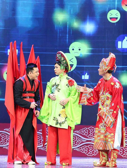 Tự Long (trái) trong vai Táo xã hội. Anh mang đến cho khán giả những bài hát chế cực kỳ thú vị