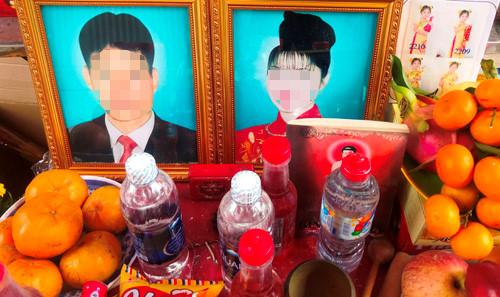 Di ảnh vợ chồng ông Chinh và những đứa con được người thân lập bàn thờ ngay trước nhà để hương khói.
