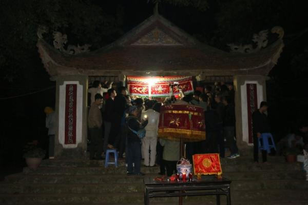 """Tối ngày 26/2, rất đông người dân quanh vùng và khách thập phương đã về xã Tứ Xã, huyện Lâm Thao (Phú Thọ) để tận mắt chứng kiến lễ hội Trò Trám hay còn gọi là """"Linh tinh tình phộc"""" diễn ra vào lúc nửa đêm (tức đêm 11 rạng sáng ngày 12 tháng Giêng âm lịch)."""