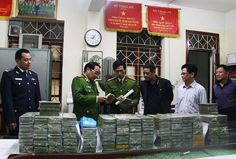 Trung tướng Đồng Đại Lộc và lãnh đạo Cục cảnh sát điều tra tội phạm về ma túy kiểm tra số ma túy tang vật.