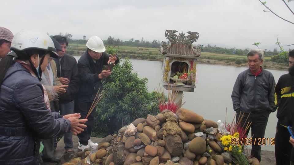 Người dân xì xụp khấn vái (Ảnh: CTV Hoàng Minh Đức)