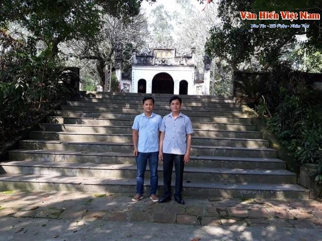 PV Vanhien.vn (bên trái), chụp ảnh kỷ niệm với cán bộ Phòng Văn hóa Vĩnh Tường (Vĩnh Phúc) ngoài cồng đền Ngòi