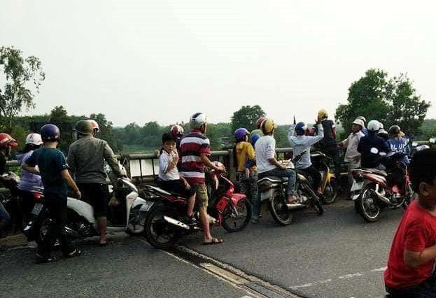 Người dân tụ tập trên cầu theo dõi vụ việc. Ảnh: V.D.