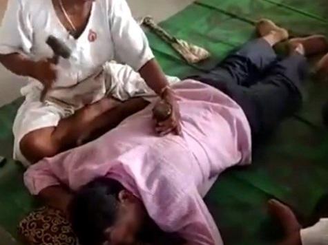 Thầy lang đóng đinh chan chát vào lưng bệnh nhân để chữa bệnh. (Ảnh minh họa).