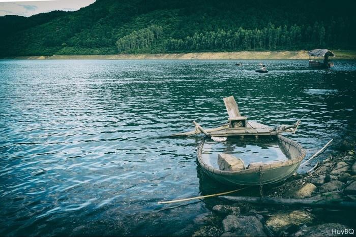 Chiếc thuyền nhỏ đưa bạn lênh đênh giữa dòng nước miên man. (Ảnh: Bùi Quang Huy)