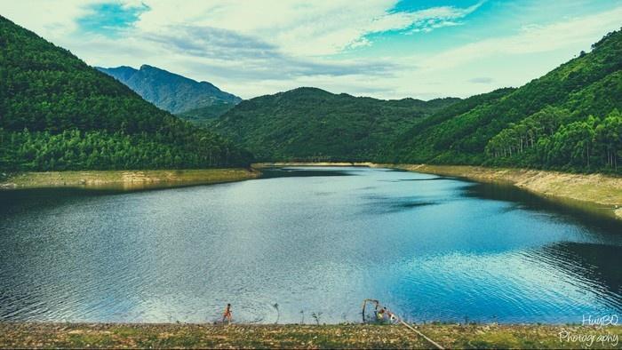 Cảnh sắc đẹp nao lòng của hồ Xạ Hương. (Ảnh: Bùi Quang Huy)