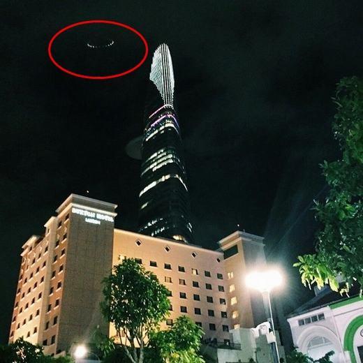 Một vệt sáng nghi giống đĩa bay xuất hiện ở góc trái, ngay phía trên sân đỗ trực thăng tháp Bitexco.