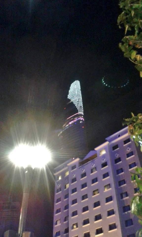 Zoom cận cảnh vật thể lạ nhiều người không khỏi khẳng định đây là đĩa bay UFO đang ghé thăm Sài Gòn.