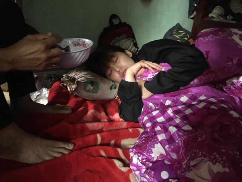 Chị Nguyễn Thị Thu (mẹ bé A.) khóc ngất khi trải qua nỗi đau mất con quá lớn