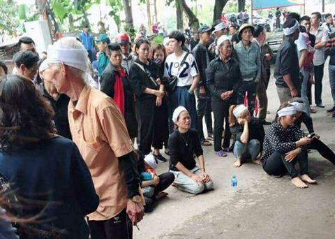 Người thân của nạn nhân xấu số mang di ảnh đến trước cửa nhà anh Nguyễn Cường Trung khóc thương nạn nhân