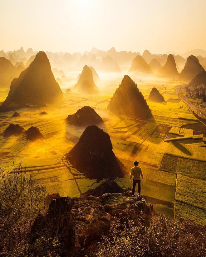 Vân Nam, Trung Quốc nổi tiếng với nhiều cảnh sắc đẹp. Trong ánh ban mai đầy rực rỡ, bạn sẽ chẳng bao giờ quên được cảnh sắc của những cánh đồng lúa thẳng cánh cò bay và những ngọn núi sừng sững như mọc lên giữa vô định