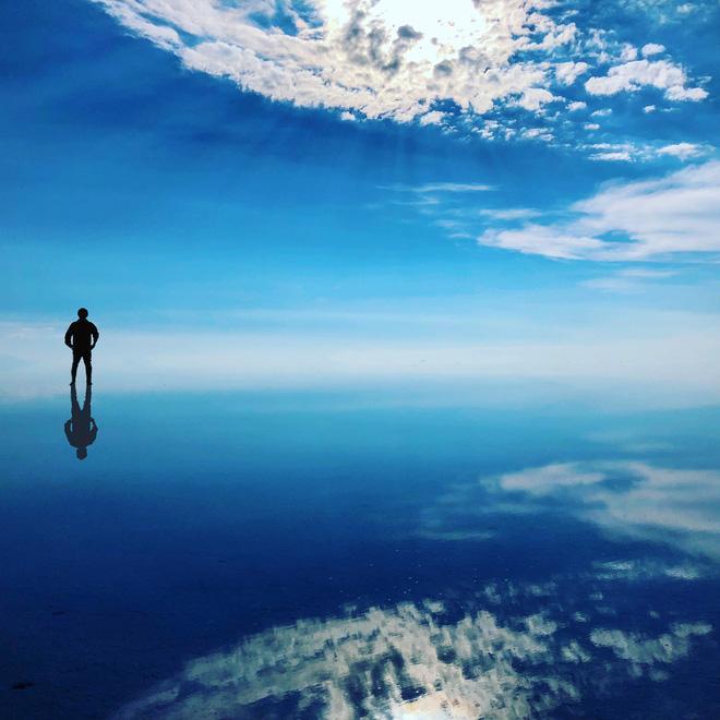 Cánh đồng muối Salar de Uyuni (Bolivia) sở hữu một vẻ đẹp khó bút nào tả xiết. Nó như một tấm gương khổng lồ, phản chiếu bầu trời xanh, những cuộn mây trắng như bông. Thời điểm tuyệt vời nhất để đến Salar de Uyuni là từ tháng 12 đến tháng 4.