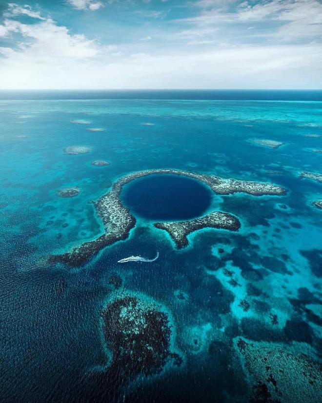 Hố xanh vĩ đại - Great Blue Hole, gần bờ biển đã được UNESCO công nhận là Di sản Thiên nhiên của nhân loại. Nơi đây sở hữu những rặng san hô tuyệt đẹp nhiều màu sắc.