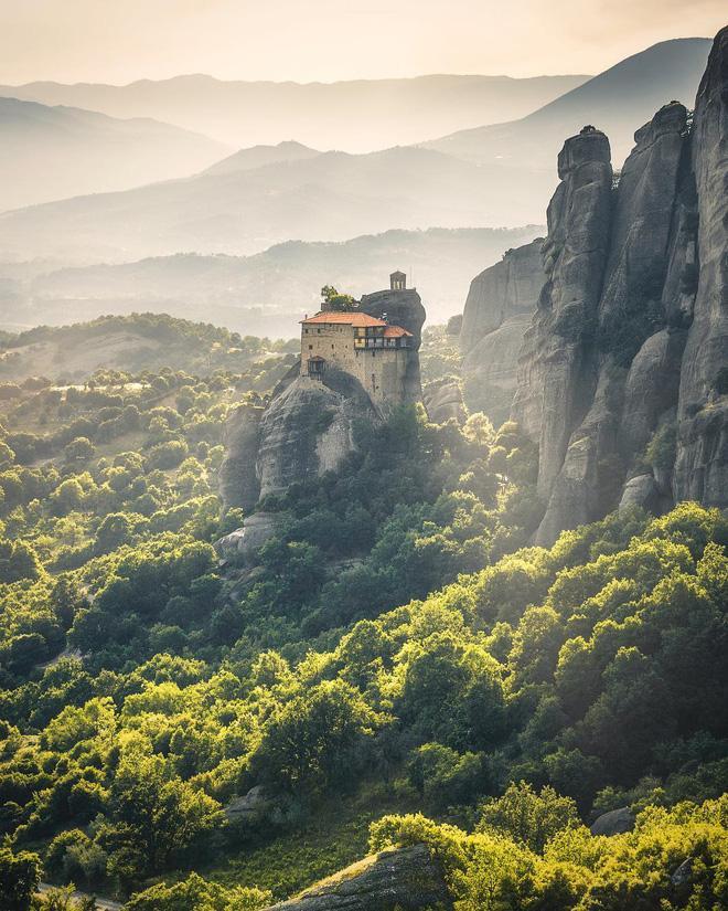 Các tu viện cổ ở Meteora, Hy Lạp nằm giữa trập trùng non núi. Không chỉ là thiên nhiên kì vĩ, bạn sẽ không thể không kinh ngạc trước những công trình kiến trúc mà người xưa tạo nên.