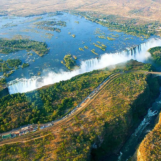 Thác Victoria nằm ở biên giới Zambia và Zimbabwe là thác nước rộng và đẹp nhất thế giới. Đứng trước con thác này, người ta không chỉ ngất ngây vì cảnh đẹp mà còn choáng ngợp trước sự hùng vĩ của thiên nhiên.