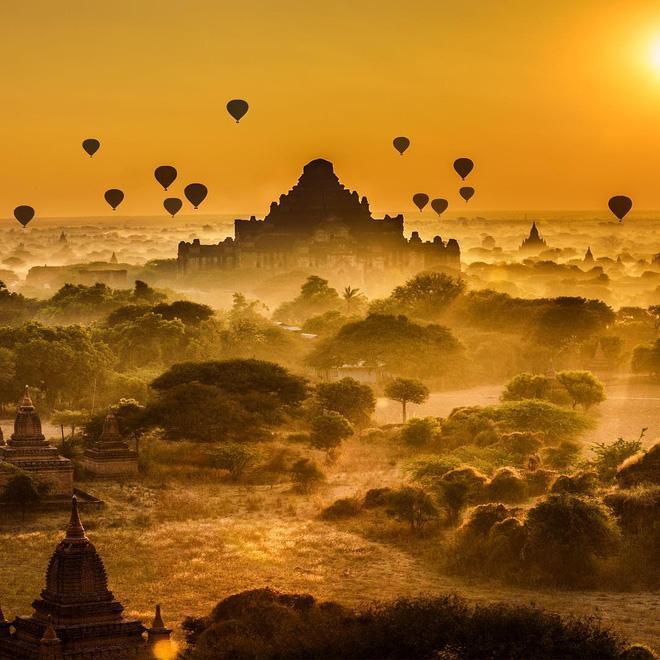 Cảnh sắc nhuốm màu cổ xưa của Bagan, Myanmar đã làm say đắm biết bao đôi chân mê du lịch. Mảnh đất của những đền đài càng đẹp hơn vào thời điểm bình minh. Nếu đến Bagan, hãy dậy sớm một lần để ngắm nhìn sắc vàng cam của mặt trời trải thảm khắp nơi.