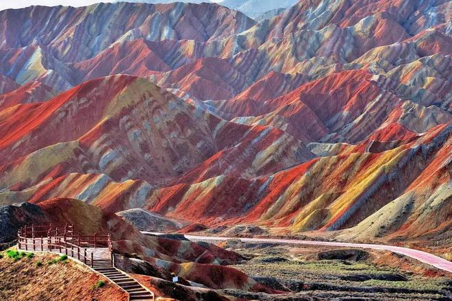 Quần thể địa chất và đồi núi của rặng Đan Hà (hay còn được gọi là đồi cầu vồng) thuộc công viên địa chất Quốc gia Trương Dịch,Trung Quốc nằm trong danh sách những thắng cảnh đẹp nhất thể giới.