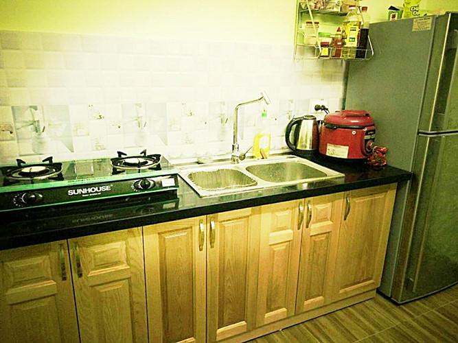 Phòng bếp nhỏ gọn, sang trọng, tinh tế và vô cùng ấm cúng. Mọi đồ dùng trong bếp đều được chị sắp xếp gọn gàng.