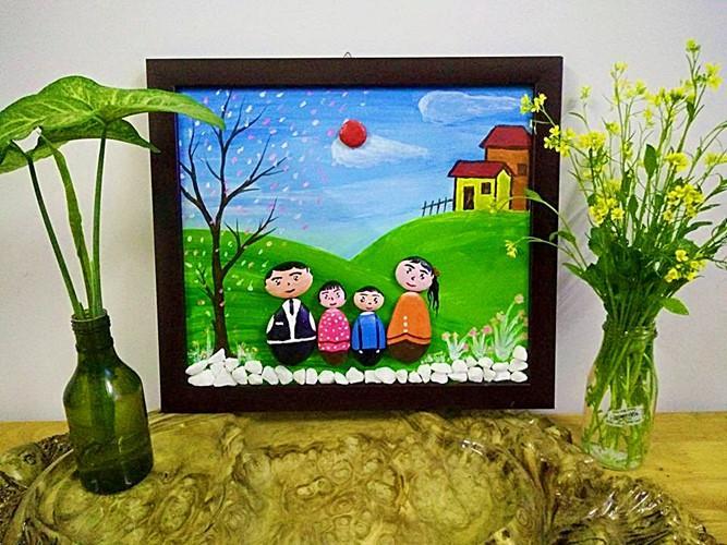 Những bức tranh thêu cũng được chị Lan tự sáng tạo.