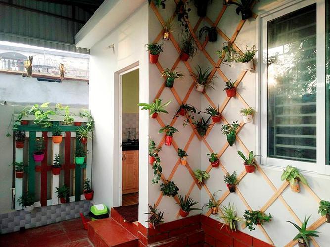 Không gian tường nhà dẫn vào phòng bếp được chị tận dụng chai lọ để trồng cây.