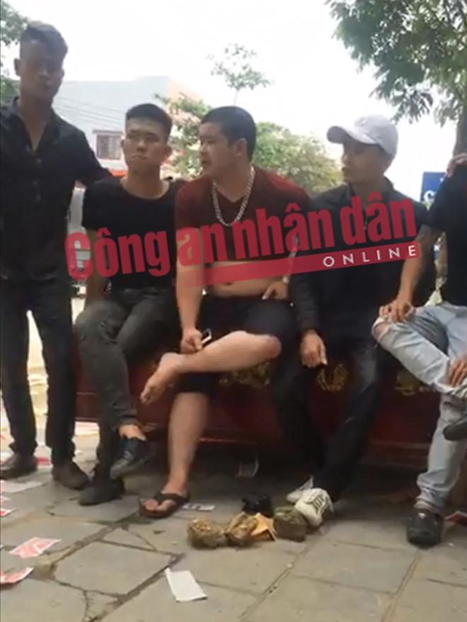 Phạm Hồng Giang và đồng bọn cùng chiếc quan tài mà các đối tượng mang đến uy hiếp, đòi nợ.