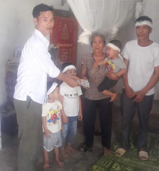 Mẹ không có nhà, cha đột ngột tử tử để lại 3 con thơ dại cho người thân.
