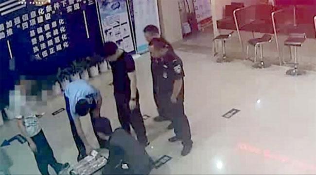 Cảnh sát Hàng Châu kiểm đếm số tiền trong vali sau khi nhận được tin báo. Ảnh: SCMP.