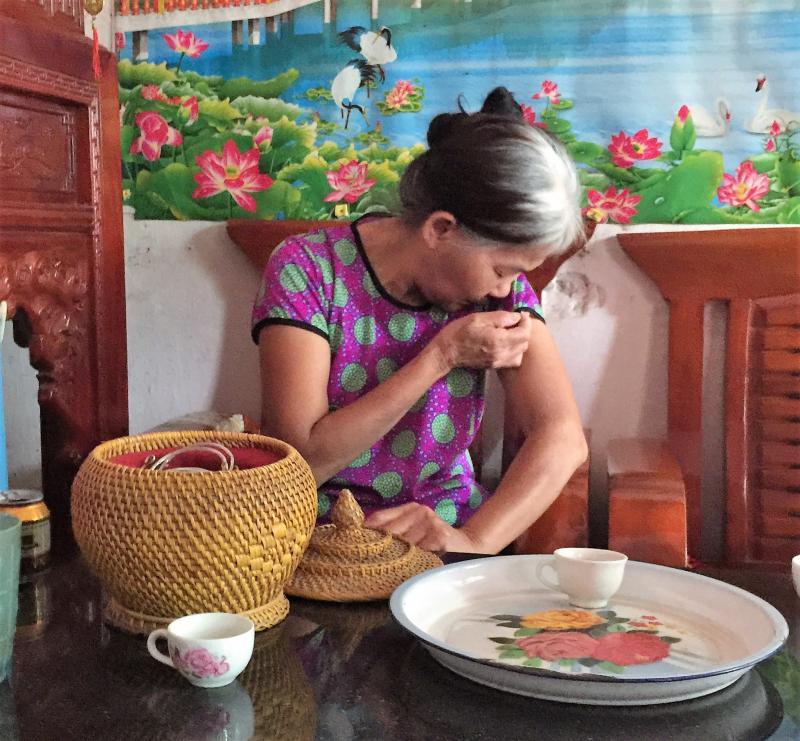 Bà Dương Thị Nhở (mẹ nạn nhân T.) xót xa kể lại phút kinh hoàng khi chứng kiến con gái bị chồng chém trọng thương