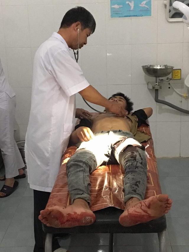 Học sinh Trần Quốc Cường đang được điều trị tại bệnh viện Đa khoa huyện Hương Sơn.