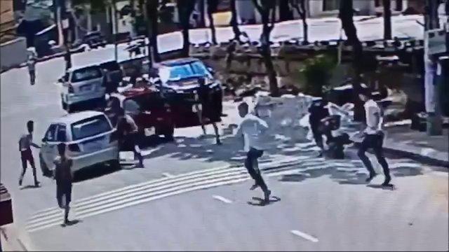 Hàng chục đối tượng vác dao kiếm truy đuổi người giữa đường