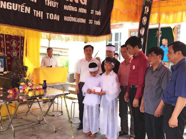 Hai con nhỏ của vợ chồng anh Ttrong lễ tang đẫm nước mắt. Ảnh: Đức Tùy