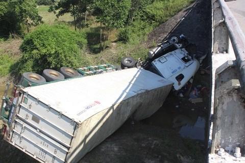 Chiếc xe đầu kéo nằm gọi dưới cầu Máng.