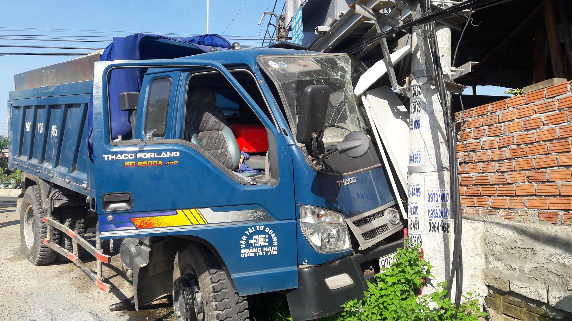 Xe tải mất lái tông thẳng vào trạm biến áp cạnh gây mất điện toàn bộ khu vực phường.