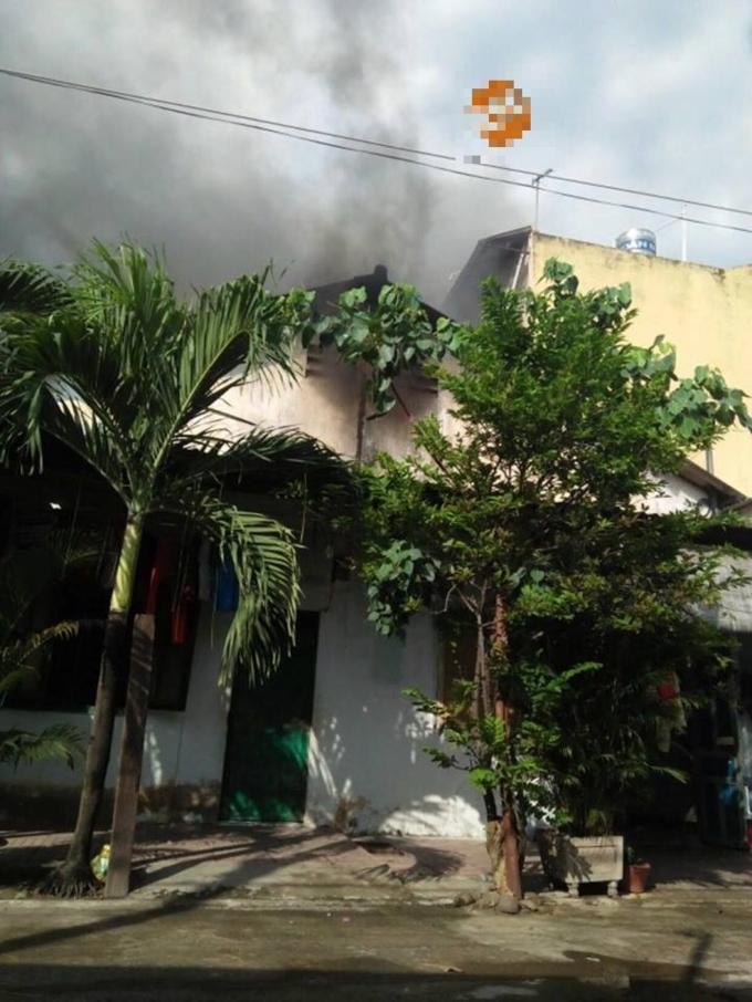Đám cháy xăng lan sang những nhà bên cạnh. (Ảnh: BHY)