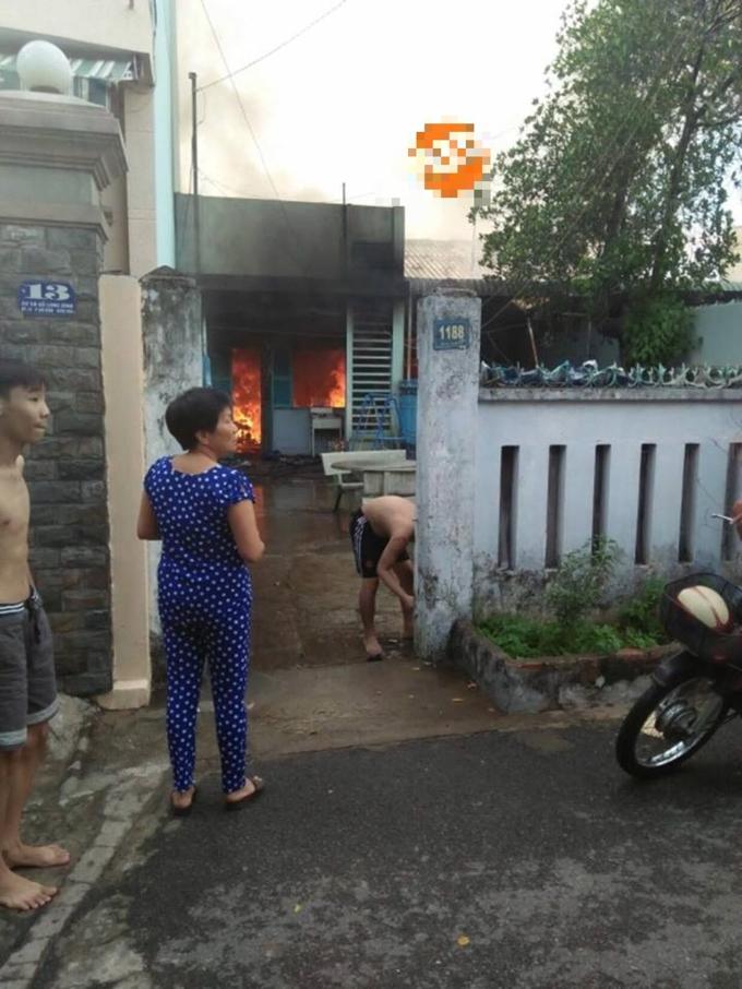 Đám cháy thiêu rụi hoàn toàn 3 căn nhà. (Ảnh: BHY)