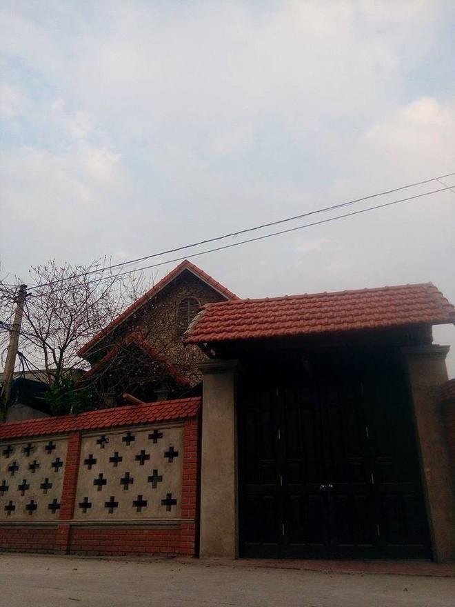 Từ bên ngoài, ngôi nhà được xây dựng khá khang trang, bề thế.