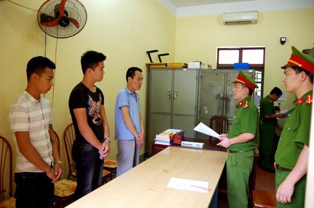 Công an huyện Bắc Quang tống đạt các Quyết định khởi tố vụ án, khởi tố bị can đối với các đối tượng gây rối trật tự trên địa bàn. Ảnh: Diệu Loan