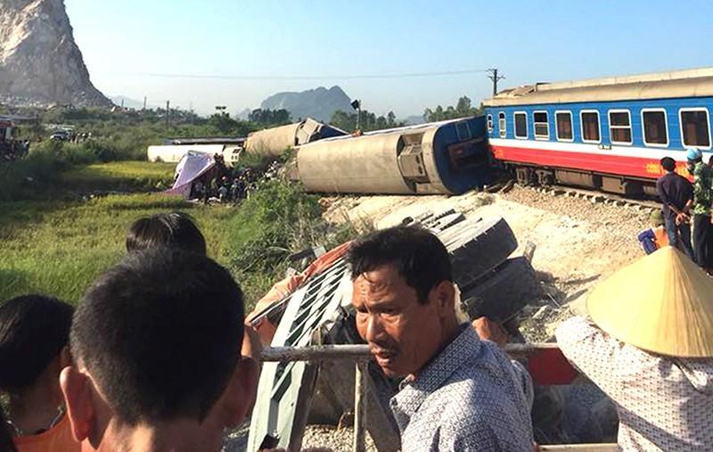 Hiện trường vụ tai nạn tầu lửa kinh hoàng khiến 6 toa tầu bị lật xuống ruộng khiến 2 người chết và nhiều người bị thương.