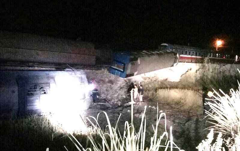 Vụ tai nạn xảy ra vào trời tối khiến công tác tìm kiếm, cứu hộ gặp khó khăn.