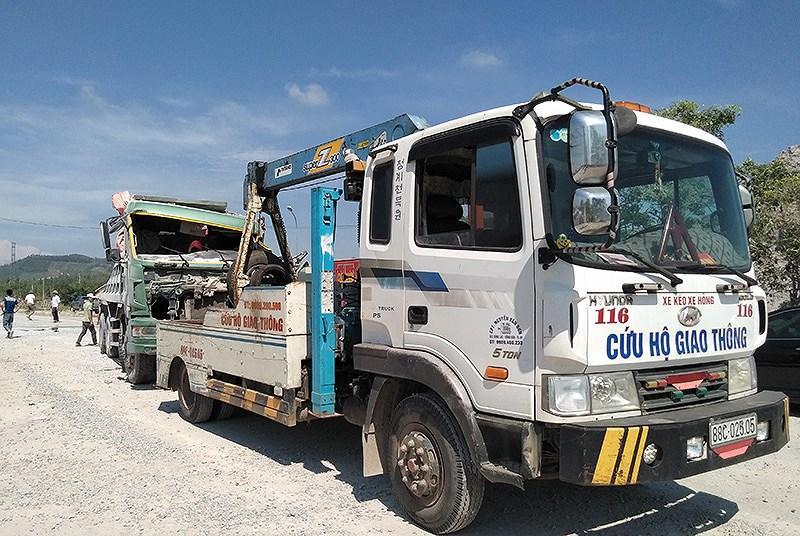 Xe cứu hộ được đưa đến hiện trường kéo chiếc xe tải bị tầu lửa đâm về cơ quan công an để điều tra làm rõ nguyên nhân vụ tai nạn.
