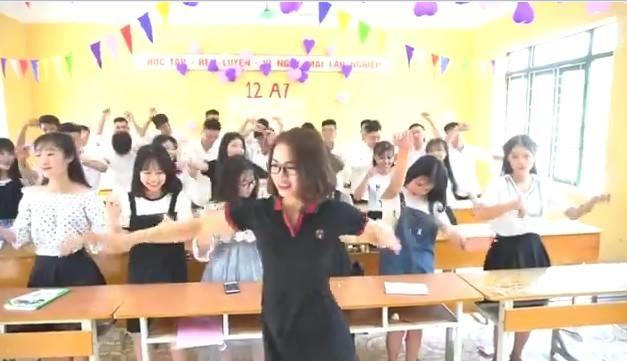 Nữ giáo viên làm