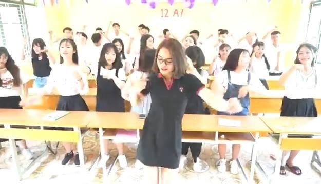 Nữ giáo viên cực quyến rũ trong điệu