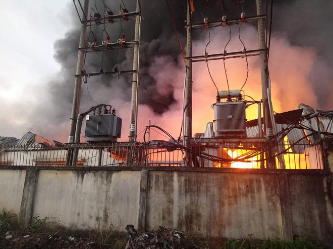 Khói lửa bùng phát dữ dội từ công ty chuyên sản xuất khăn lạnh