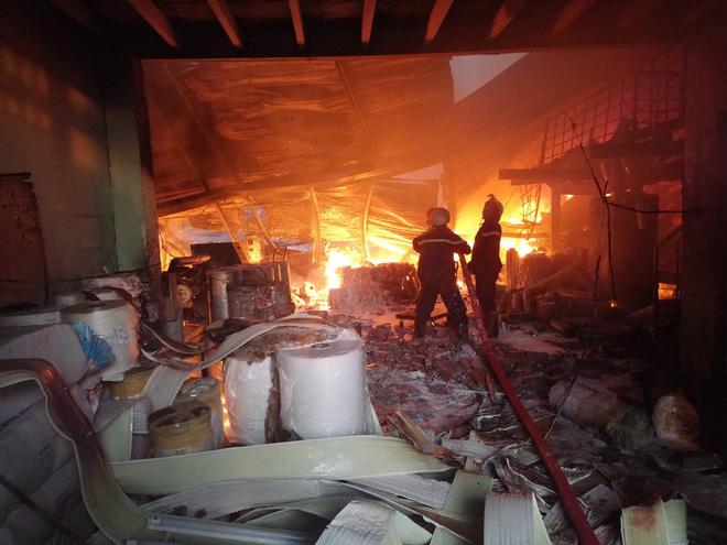 Hỏa hoạn cháy lan sang một công ty lân cận, đe dọa đến kho xăng và hóa chất